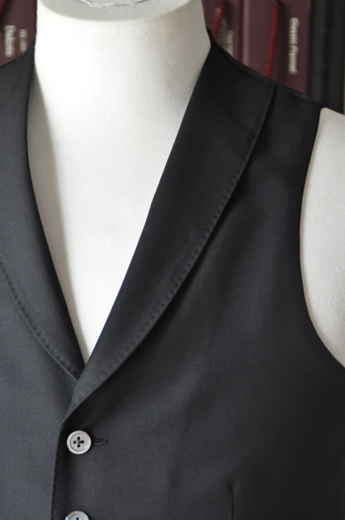 DSC26931 スーツの紹介-CANONICO wool mohair 無地ブラックスリーピース- 名古屋の完全予約制オーダースーツ専門店DEFFERT