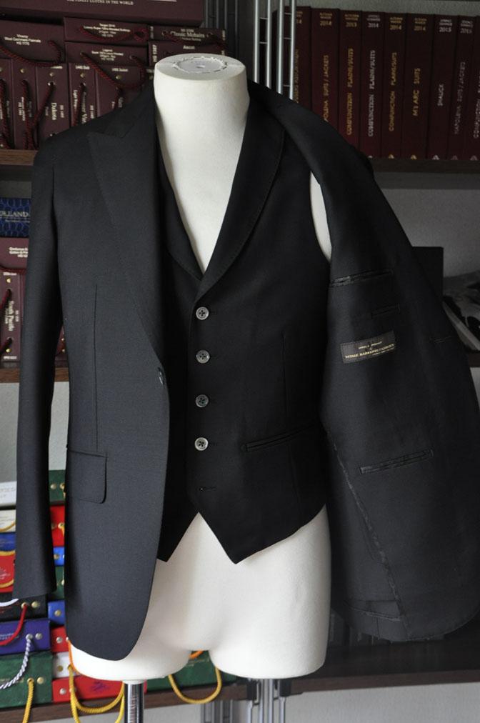 DSC26965 スーツの紹介-CANONICO wool mohair 無地ブラックスリーピース- 名古屋の完全予約制オーダースーツ専門店DEFFERT