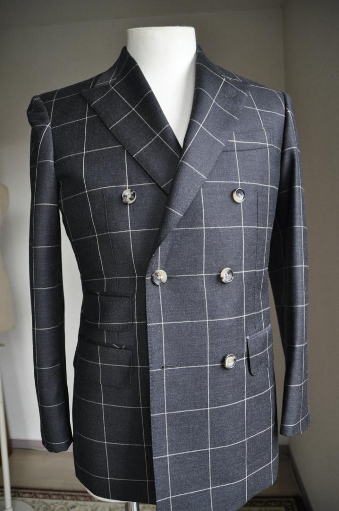 DSC27241 スーツの紹介-チャコールグレーウインドペーンダブルスーツ-