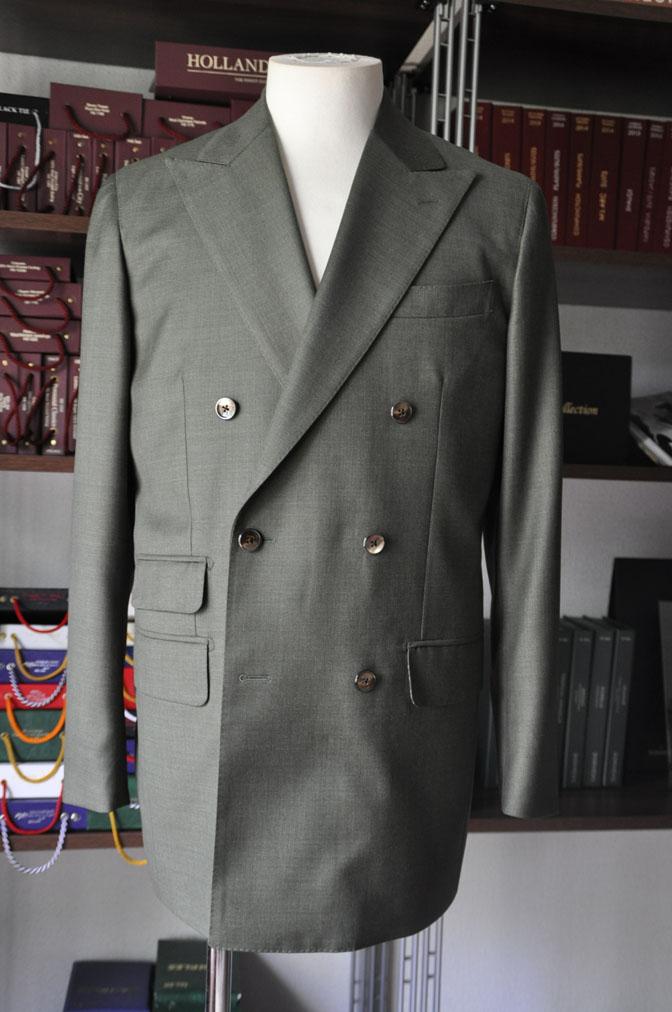 DSC27261 お客様のスーツの紹介-御幸毛織 無地カーキ ダブルスーツ-