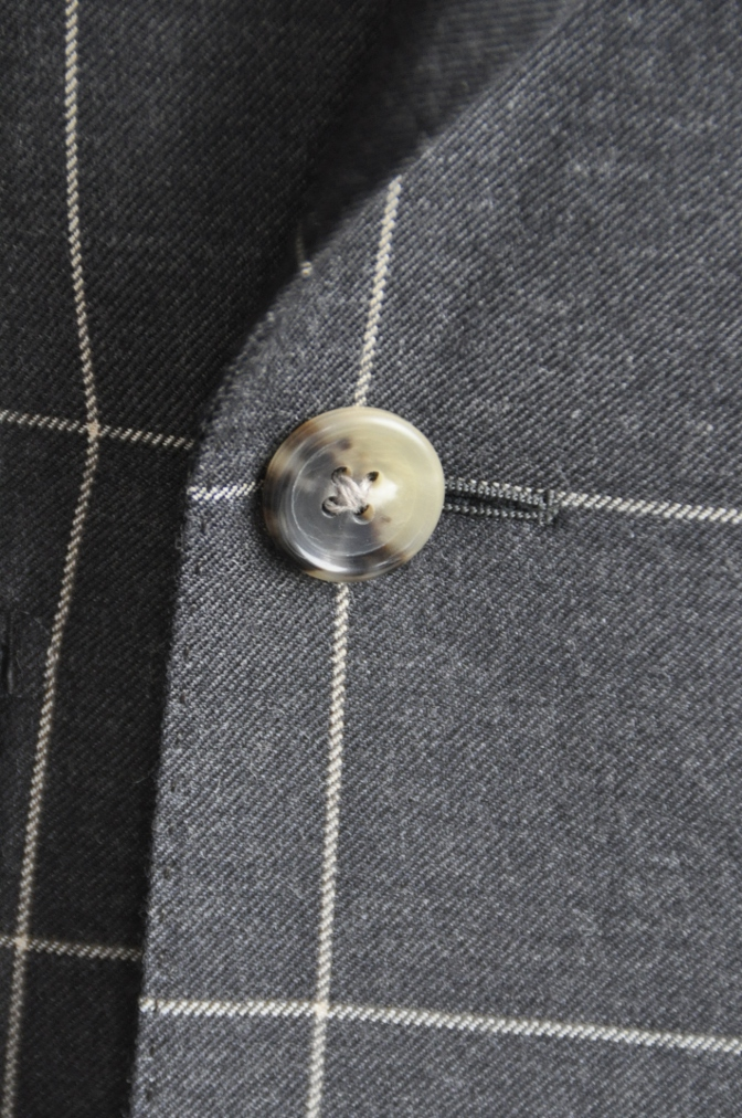 DSC2729 スーツの紹介-チャコールグレーウインドペーンダブルスーツ-
