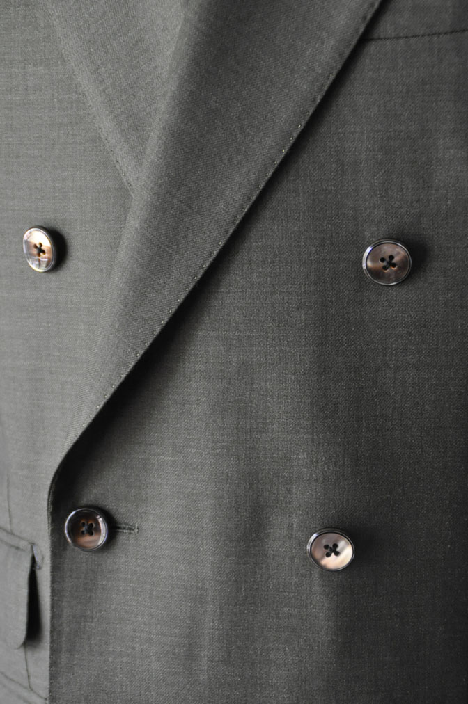 DSC27341 お客様のスーツの紹介-御幸毛織 無地カーキ ダブルスーツ-