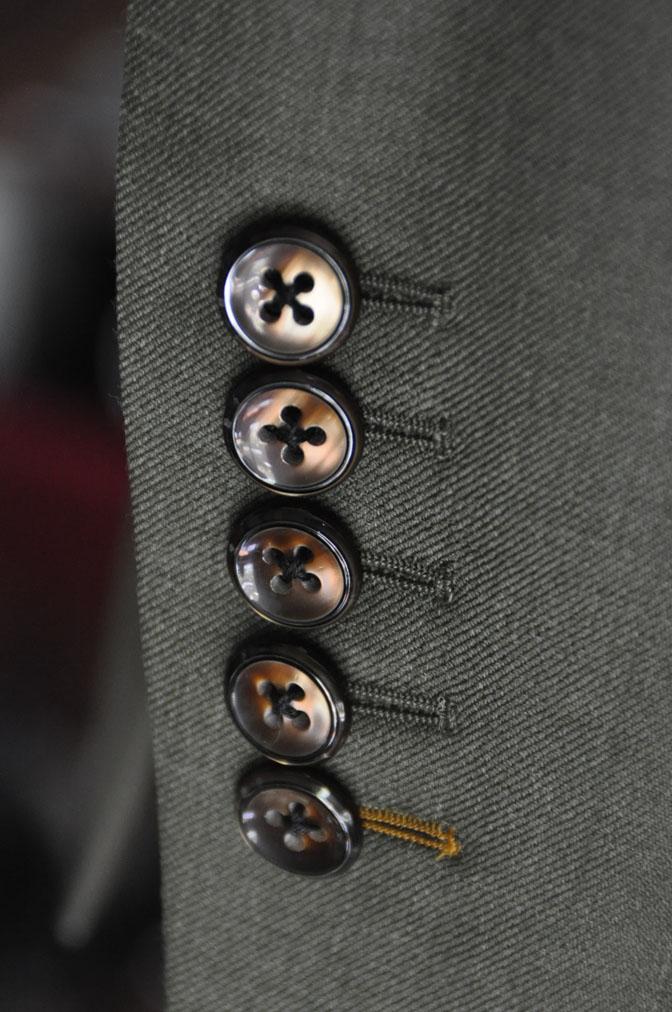 DSC2736 お客様のスーツの紹介-御幸毛織 無地カーキ ダブルスーツ-