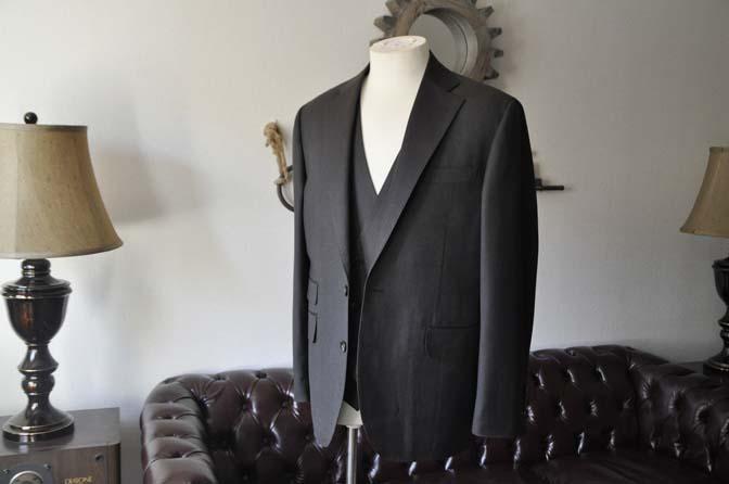 DSC2785 お客様のスーツの紹介- Tollegno 無地ブラウン スリーピーススーツ-