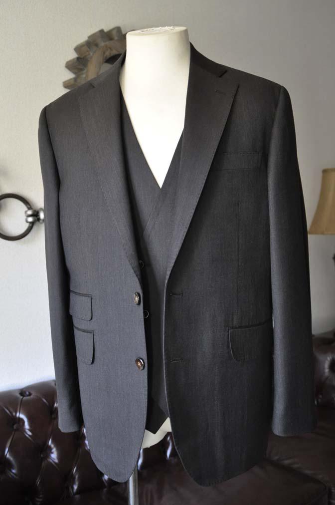 DSC2786 お客様のスーツの紹介- Tollegno 無地ブラウン スリーピーススーツ-