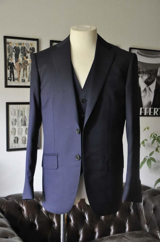 DSC28092 お客様のスーツの紹介-Biellesi 無地ネイビースリーピース-