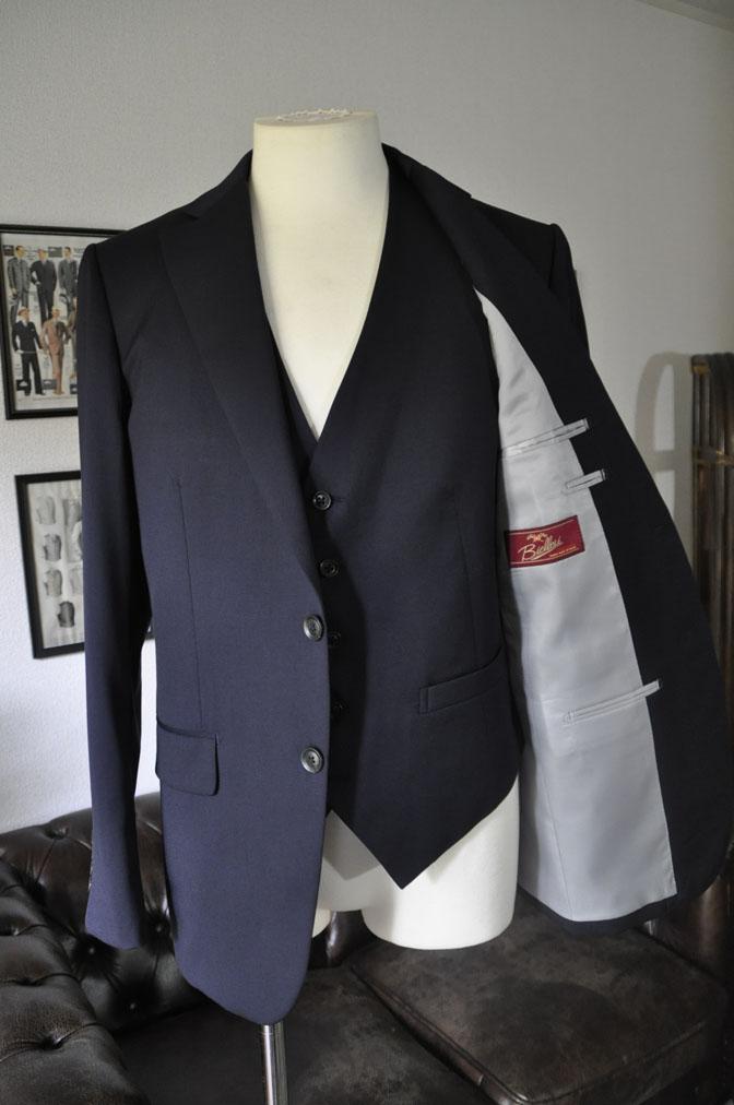 DSC2854 お客様のスーツの紹介-Biellesi 無地ネイビー スリーピース -