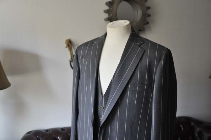 DSC2861-1 お客様のスーツの紹介- Biellesi グレーストライプスリーピーススーツ-