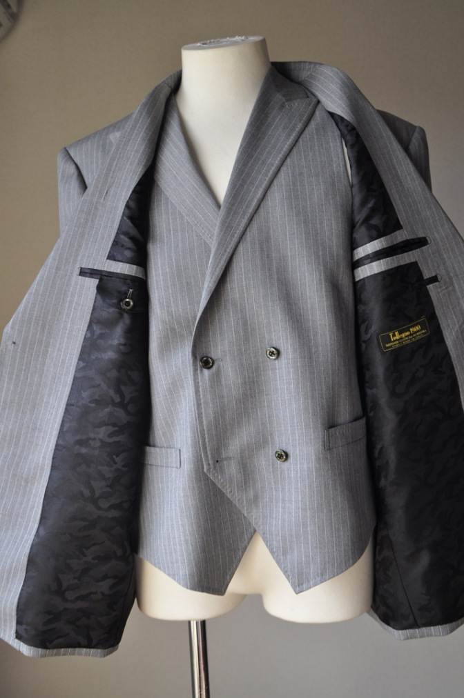DSC3224 お客様のスーツの紹介-TOLLEGNO ライトグレーストライプ-