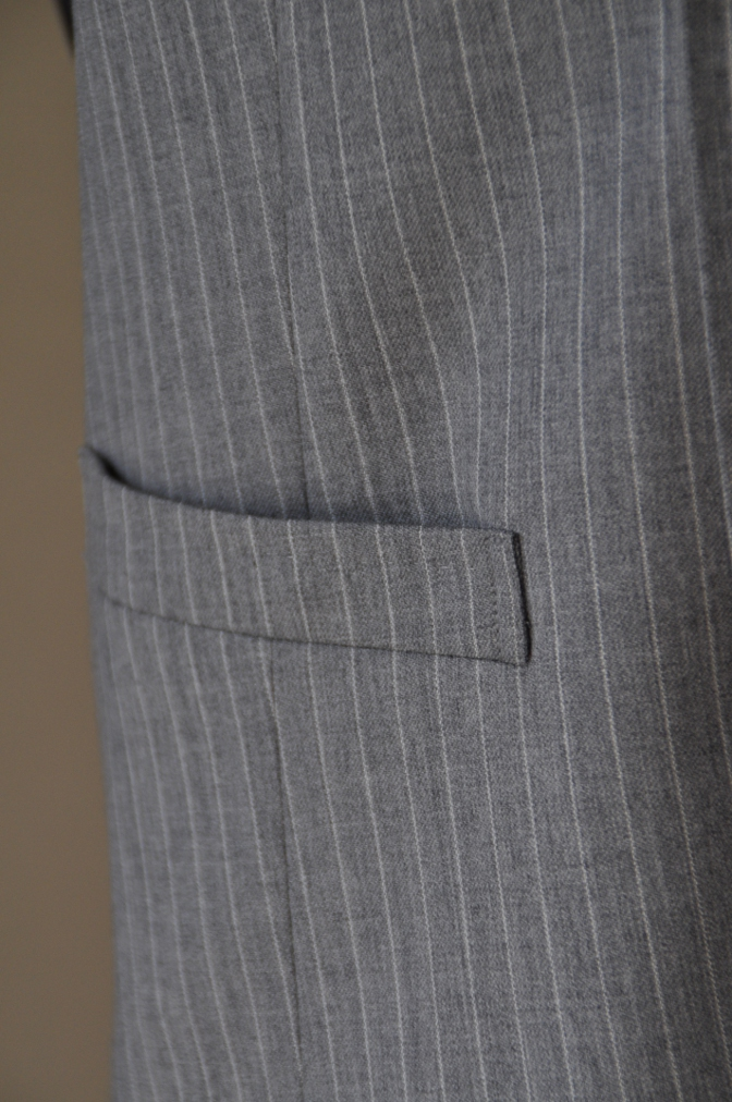 DSC3229 お客様のスーツの紹介-TOLLEGNO ライトグレーストライプ-