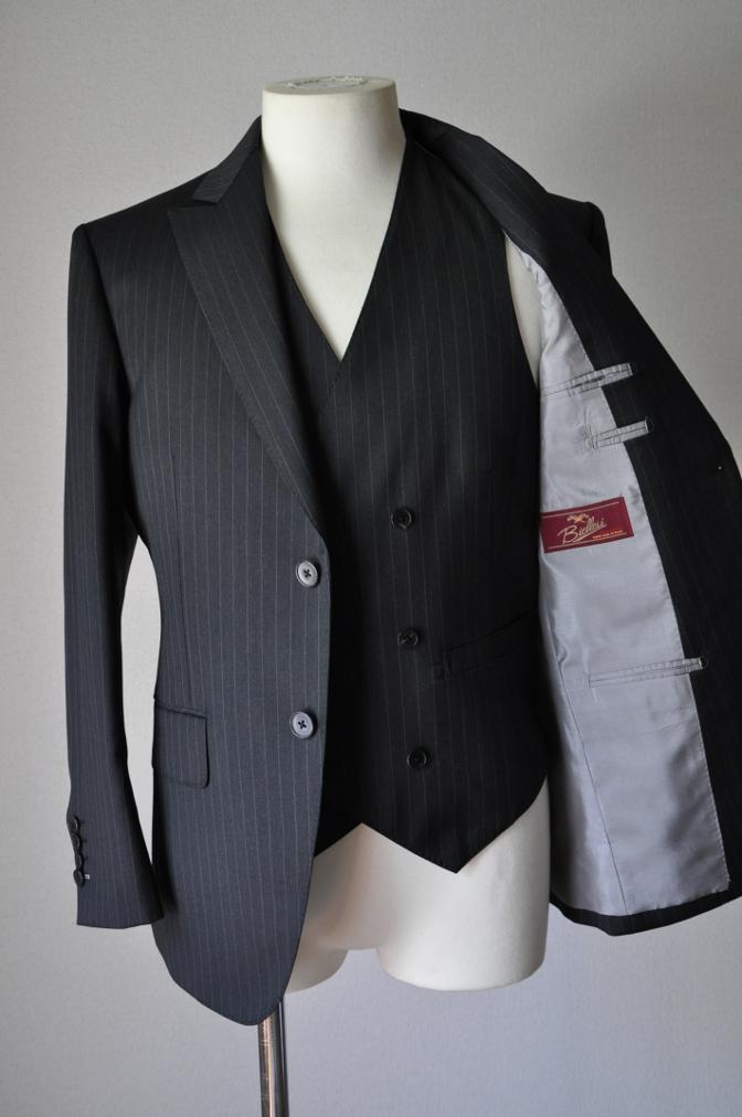 DSC3278 お客様のスーツの紹介-BIELLESI チャコールグレーストライプ スリーピース-