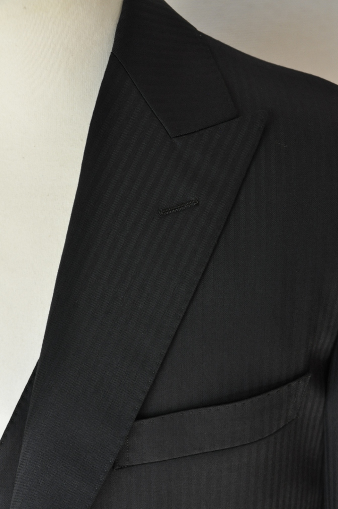DSC3385 お客様のスーツの紹介-CANONICO ブラックシャドーストライプスリーピース-