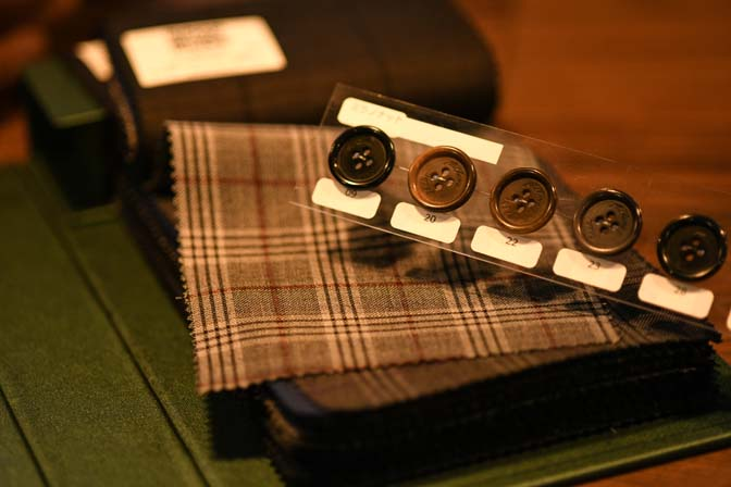 TP2_2666 岐阜県美濃加茂市へオーダースーツ出張訪問致します。 名古屋の完全予約制オーダースーツ専門店DEFFERT